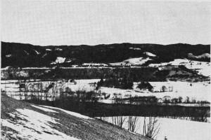 De snorrette elveterrassene trer skarpt fram mot dalsida. Fra Mosletta.