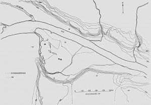 Kartskissa viser elveløpet mellom Mosletta og Øvre Overbygda. Elveterrassene tegner seg klart på begge sider av elva. Kamløken med tilstøtende bekk og Litjevja viser det tidligere elveløpet, som også blir markert av eiendomsgrensene.
