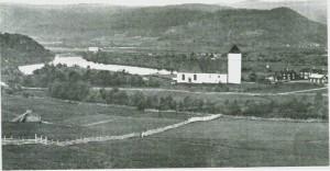 Kirken med tilbygget fra 1806 (t.v.) og tretårnet fra 1834. Foto fra omkring 1880.