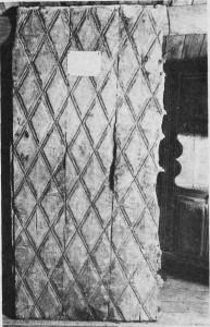 Døra fra Børdalskirken. (Bygdemuseet.) Foto Garberg.