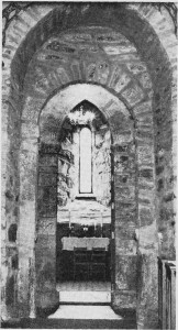 Veslportdens tunge rundbuer står i skarp kontrast til de gotiske spissbuene i tårnfoten. Foto Garberg.