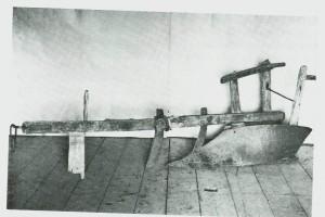 Grindplog med veltefjøl av jern. Fra første halvpart av det forrige hundreåret. (Bygdemuseet.) Foto Garberg.