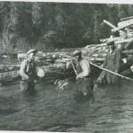 Fløting i Garbergselva 1943. F.v.: Arne Knutsen, Lars Garberg og Anton Alseth. Foto: Garberg.