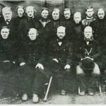 Selbu og Lydal herredstyre 1885. Sittende f.v.: J. Klegseth, H. Morseth, I. Flønæs (ordf.), klokker Østby, ]. Aas. Bak: LI. Flønæs (sen), P. Furan, J. Graae, J.P.Evjen, N. Svendsaas, J.Valli, N.Kr. Evjen, O. Slind, N.P. Gulsetb, A. Aas, O.S. Stokke, J. Aashaug. Foto E. Jenssen.