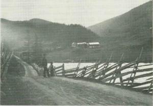 Fra Tydahveien ca. 1900. Drivvollen i bakgrunnen.