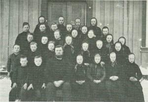 «Fastskolen paa Nestvedl» 1888 el. 1889. P. Furan i forreste rekke. Foto E. Jenssen.