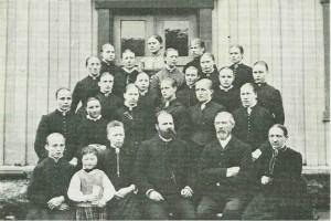 Amskolens «pigekursus». Sittende: Dybdahl og Kufaas med fruer og barn. Foto: E. Jenssen.
