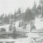 Sagbruk i Dragstmarka. Slike var det mange av i Selbuskogene i mellomkrigstida. Karene som står nærmest er Peder J. Dragsten og Arnt P. Dragsten. Bildet er fra 1927.