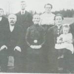 Ustistoggofolket i 1919. Fra venstre sitter sjølfolket Ole Tomassen og Marit Svensdt. og dattera Tina Slind med barnet sitt, Marit, på fanget. Bak fra venstre Ole, Svend, Marie og Thomas.