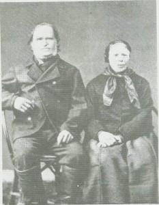 Ola og Kari Engan. Hun ble sytning for morfaren Einar Engan. Da han døde, ble hun sytten år gift med den tolv år eldre Ola Mean.