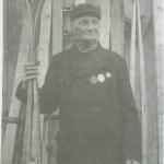 Nils Jonsen Svinås var en svært kjent skimaker. På bildet poserer han med medaljer han har fått på utstilling med Svinåsskl.