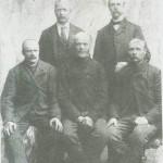 Fem brødre fra Plasshaugen: Sitt ende fra venstre: Paul Utistoggo Stam nes, Ola Bårdgardsjardet Kjøsnes, Ola Plassen. Bak fra ven stre : Jon Fossum, Amerika,           Renald  Plasshaugen.