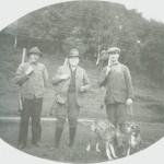 Nå skal haustjakta starte. Fra venstre Olav Løvås, John P. Eidem, Brennan og Egil Flønes. Bildet er fra 1925.