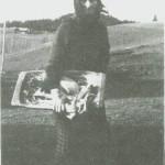 Berit Tomasdt. på heimveg etter brødbakst omkring 1930.