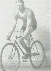 Sykkelrytteren      Ola Moen,   visstnok etter han vant NM på 100 km i 1921.