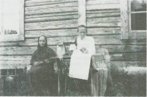 Brynhild Størset og dattera Marit ved heimen sin. Som vi ser drev Marit med sauming.