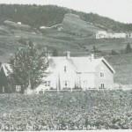 Over husa på Hagen 41/8 ser vi Sletnan og til venstre Høgbrennan og Nerbrennan.