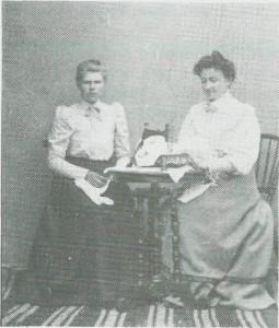 T.v. Anne Olsdt. Kvello-aunet, f. 1889, og Ragnhild Ingebrigtsdt. Kjeld-stad (g.m, Jens Anderssen Kvelloaunet, Kårået) var begge sydamer. Bildet er fra ca. 1910.