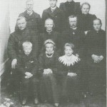 Folket på Nordpå-Jardet i 1905. Fremst sitter Ole, Sofie og Bergitte, i midten Ola og Kari Slind og John og Ragnhild Valli og bak står John og Esten Guldseth, Helga Aune og Gjertrud AImås.