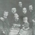 Peder og Lea Baknesset med barna Haldo, Ola, Karen og Bernhardt. Bak står mor til Peder, Kari Persdt.