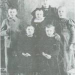 Mali Norbye og barna Ingebrigt, Olaf og Helga (bakerst) og Anna Johanne og Emelie Marie.