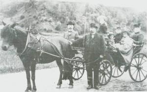 Hans Wraamann Domaas var prest i Selbu 1887-1909, først res. kap. og senere sokneprest. På bildet ser vi ham med taumene, sammen med familien og gjester.