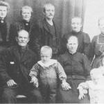 Familien på Marstad ca. 1912 (bakfra venstre): Gjertrud, Anne, Tomas og kona Marit, Marit Jonsdt. Framfor sitter Jon og Anne sjøl med barnebarna John, Ingebrigt og Johanna.