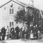 Folksamt på Utigarden omkring 1880.