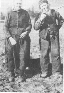 Lars Larssen og Anne Jonsdt. Rolset i potetåkeren, ca. 1910.