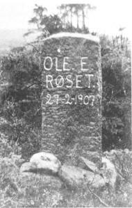 Minnestøtta over Ole E. Røset som omkom i Kvernfjellet vinteren 1907. Han var den siste som omkom i det farefulle kvernstensarbeidet.