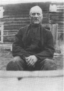 Per P. Krogstad ved stua på husmannsplassen Trøa, senere bruket Rønning. Som faren var han kjent smed og det var helst grev og sauklaver som Per gjorde.