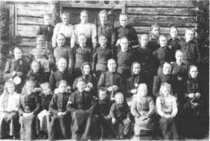 Dette bildet er fra 1901 og tatt på Øvergarden på Mosletta og viser kvinneforeninga som arbeidet for ny Moslett-bru: 1. rekke: Sigrid T. Rønsberg, Gurine A. Mogård, Marit B. Kvernmo, Johanna R Krogstad, død 1906, 15 år, Brynhild P. Krogstad, Mikal T. Mogård, John T. Mogård, Ragnhild Moslet, Mali T. Mogård. 2 rekke: Gjertrud Moslet, Kvilten, Randi Moslet, Haugen, Ingeborg A. Moslet, Hafella, Marit Moslet, Sørpåjardet, Guri Mosletmo, Kari Krogstad, Mali Moslet, Øvergarden. 3 rekke: Berit J. Mogård (Stigen), Gjertrud Stokkmo, Svensan, Ragnhild Stokkmo, Persan, Berit Stokkmo, Brynhild Stokke, Slåttrøa, Berit Stokksveen, Johanna Mogård, Bardogarden, Mali R. Moslet, Øvergarden, Anne J. Mogård, Abakk. 4. rekke: Marit Gammelsveen Kvernmo d.y., Marit Einang, Brynhild Krogstad, Berit G. Moslet, Storstoggo, Ragnhild Moslet, Berit Stokkmo, Svensan, Brynhild Moslet, Øvergarden, Johanna Tronsetmo.