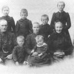 Tomas Bardosen og Kirsti Johannesdt. Mogård og de seks eldste barna. Til høgre sitter mor til Tomas.