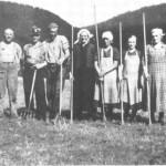 I slåttonna på Yster-Stokkan noen år før siste verdenskrig. Fra venstre: Kristian Stokke, Alfred Marstad, Alfred Kulset, Brynhild Stokkmelen, Blankme-len, Margit Nydal, Ragnhild og Gurine Stokke.