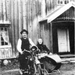 John og Kirsti Tronsetmo i 1920. Motorsykkelen, en «Harley Davidson» med sidevogn, tilhørte en kjenning fra Malvik.