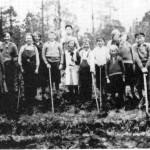 I 1880 ble det bygd skolehus i Kolset, og kretsen bestod til sentraliseringa i 1961, da den ble lagt til Hyttbakken skole. Skogplanting kom tidlig inn i undervisninga og årlig var en vårdag eller to avsatt til det. Her er en klasse fra 1935. Fra venstre: John B. Hoem, Ingebjørg Hoem, Ragna Kulset, Hilmar Kulset, Inga Marie Kulset, Martin Fuglemsmo, Brynhild Engset, Ola J. Kulset, Sverre Kulset, Ingeborg Oline Kulset, Signe Kulset, Anna Moslet, Ole Bergehaug, Martin O. Kulset og Petrine Hårstadmo.