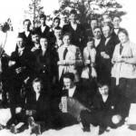 På skitur til Brannvollen ved Slindvatnet i 1921. 1. rekke: Ole Hårstadmo, John P Kulseth, Jon Klegset. 2. rekke: Haldo Engset, Marit Hoem, Brynhild Klegset, Ingeborg Klegstad, Ingeborg Bergehaug. 3. rekke: Bjarne Hoem, Arne Hårstadmo, Renald Klegstad, Paul B. Hårstad. 4. rekke: Ole Hoem, Renald og Halvard Hoem, Gustav Hoem, Ole P. Klegset, Ole P. Kulseth.