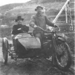 En av de første motorsyklene i bygda, omkring 1920, kjørt av Ingebrigt Halvardsen Kulset, Eggen, med Sivert Brudal i sidevogna. Bildet er fra Brudal.