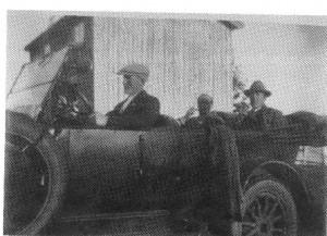 Gunnar Sæther og Olav R Overvik kjøpte bil sammen i 1927. Her ser vi de to eierne i baksetet. Bildet er tatt først på trettitallet.