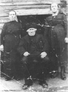 Renald Jonsen var sammen med faren, bureiser i Svea. Til venstre dattera Beret og til høgre sønnedattera Johanna.
