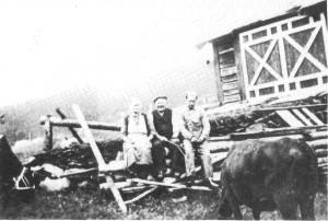 Karen Jonsdt. og Peder Bårdsen Slind sammen med John Valli i 1940.