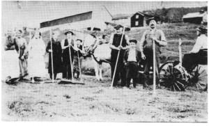 Slåttonn i Norigarn ca. 1922. Sigrid Kulvik, Ane B. Aftret, Sigrid Morset, Marie Kulvik Aftret, Birger Aftret, Nils Aftret, John O. Aftret, Jan Aftret, Ole J. Aftret, Gunnar J. Aftret.