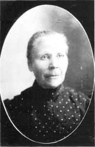 Anne Olsdt. Aftretshammeren i Amerika ca. 1906. Hun reiste 70 år gammel til sønnene i Amerika, men kom snart igjen til Vikvarvet.