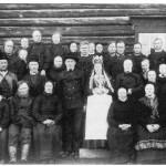 Fra bryllupet til Ola Gunnarsen Kjøsnes og Kari Olsdt. Aftretsåsen i 1887. Ved sida til brurgommen sitter foreldra Kirsti og Gunnar, som har med seg den niårige sønnen Torsten og dattera Ingeborg. Nærmest brura sitter mor hennes, enka Anne Estensdt. Aftretsåsen, og søster hennes, Ingeborg Olsdt., med sønnen Lars, mens mannen Ola Larssen står i bakerste rekke nr. 4 fra høgre. Ingeborg Gunnarsdt. Renå står til høgre for brura, mens Jon Olsen Renå er nr. 3 i bakerste rekke. I bakerste rekke nr. 3 fra høgre står Bersven Haldorsen Aftret, Dalsjardet, og til høgre for han står Ola Jonsen Renå d.e. og d.y.