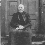 Brynhild Olsdt.  Uthushaugen, her inne i siste leveåret sitt, var jordmor i Flora for flere generasjoner.