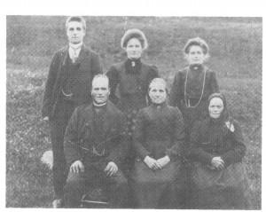 Folket på Haugen omkr. 1910: John Bardosen og Gunhild Nilsdt. og mor hans, jordmora Brynhild, og bak står barna Bardo, Anne og Brynhild.