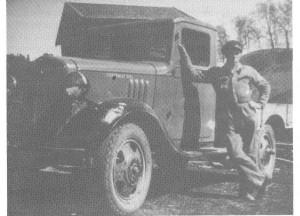 Bilen har gjort sitt inntog i Flora. John J. Hegset med en 1935-modell Cheevrolet.