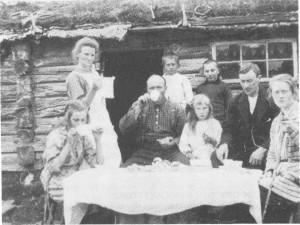 Familien på Solbakken får seterbesøk på Gammelvollen på RoltdÅlen i 1923. Til v. står Ingeborg Pedersdt. med mugga, mannen Tomas ved bordet og barna Gunelie og Olav Bjerken og Gurine. Lengst til høgre Olaus og Anna Melan og Martin Bårdsgård, Markåa.