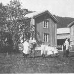 Gløtt fra Sørflakne. Sigrid og Jonas med barn.