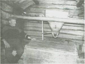 Gunerius Warmdal i kvernhuset ved Dragstsjøen. Bildet er fra 1940-åra.